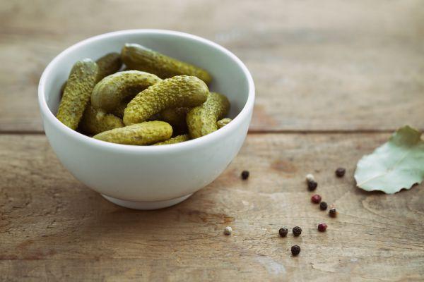 Маринады. Маринованные огурчики и грибочки гораздо вреднее своих соленых аналогов. Потому что в первых используется раздражающий слизистую желудка уксус, а вот полезных бактерий и витаминов в маринованных продуктах нет. Так что режьте в оливье только соленые огурцы.