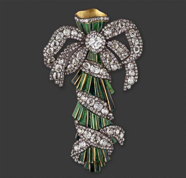 Любопытен своим назначением портбукет, выполненный около 1770 года из золотых, покрытых зеленой эмалью стеблей, с большим изяществом перевитый бриллиантовой лентой, завязанной наверху мягким бантом со свободно свисающими концами. Полый внутри, он служил миниатюрной вазочкой для живых цветов, и, наполненный водой, прикалывался к корсажу парадного платья при помощи специальной шпильки.