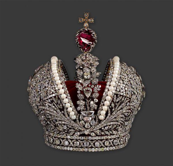 Для коронации Императрицы Екатерины II в 1762 году была создана Большая Императорская корона придворным ювелиром Георгом Фридрихом Экартом и бриллиантовых дел мастером Иеремией Позье всего за два месяца. Корону Российской империи украшают 4936 бриллиантов общей массой 2858 каратов и 75 индийских крупных матовых жемчужин, и самый известный из драгоценных камней короны – шпинель массой 398,72 карата.