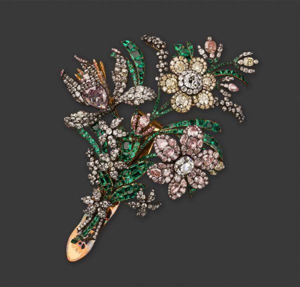 «Большой букет» - пример украшения для парадного платья императрицы. Бриллиантовые стилизованные цветы шиповника, ириса, нарцисса, незабудок и набранные из плоских изумрудов листья размещены на гибких золотых стеблях, приподняты на разную высоту и повернуты под разными углами. В центре раскрытого бутона ириса в ажурной оправе помещен редчайший природный нежно-сиреневый бриллиант весом в 15,5 карата. Эффекта многоцветности остальных бриллиантов мастер добился, подложив под них тонкие пластинки разноцветной фольги.