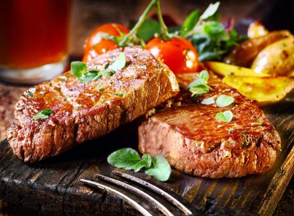 Жирное мясо. Оно само по себе вредное, а в сочетании с алкоголем может вызвать обострение заболеваний печени, желудка. А еще в жареном и копченом мясе содержатся вредные канцерогены, они могут провоцировать онкологические заболевания. Запеките на Новый год курицу или индейку. Можно подумать о блюдах их телятины или кролика.