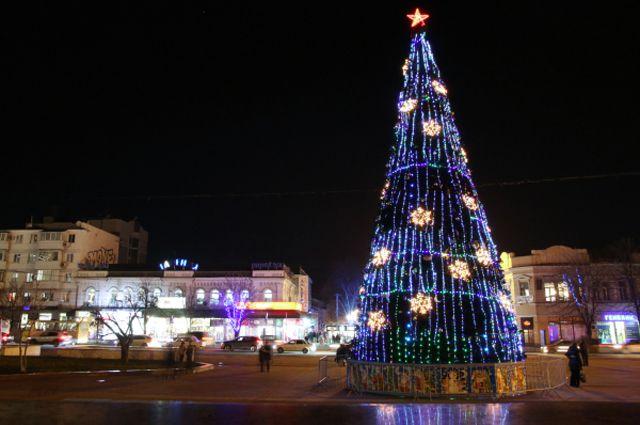 Новогодняя иллюминация появилась и в крымских городах.