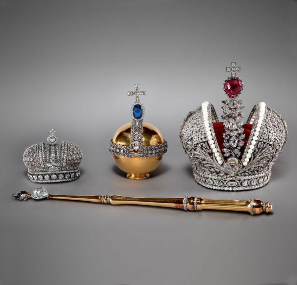 В коллекции Алмазного фонда хранятся две императорские короны – Большая и Малая, скипетр, держава, пряжка-аграф, большая цепь и звезда ордена Святого апостола Андрея Первозванного.