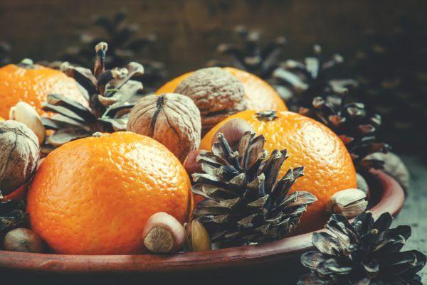 Мандарины. В небольших количествах – очень полезный фрукт. Но если есть килограммами, как мы любим в конце декабря, то мандарины могут вызвать аллергию, изжогу, приступ гастрита.