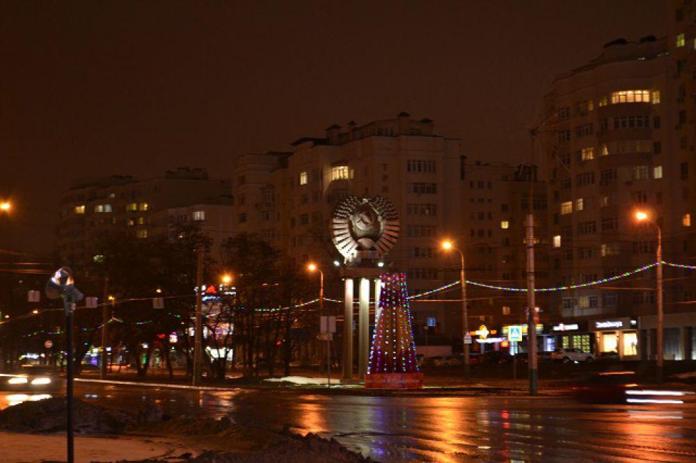 Новогодняя конструкция на улице Пушкина.