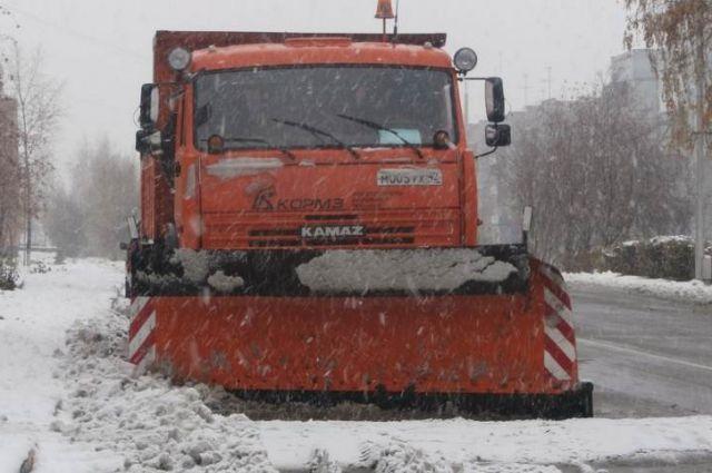 Дорожные службы борются с выпавшим снегом.