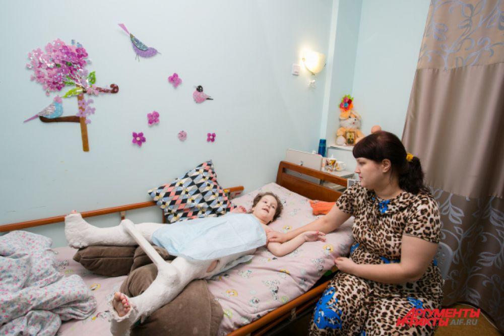 В хосписе живут дети, от которых отказались врачи. Но здесь происходят чудеса - доброта и любовь возвращают к жизни, казалось бы, безнадёжных пациентов.