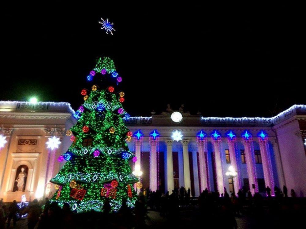 Новогодняя елка Одессе в этом году бьет рекорд по длине гирлянды, которая светится. Чиновники посчитали, что ее длина - 4 км.