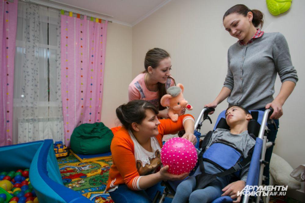 Помогать маленьким пациентам хосписа приходят волонтеры.