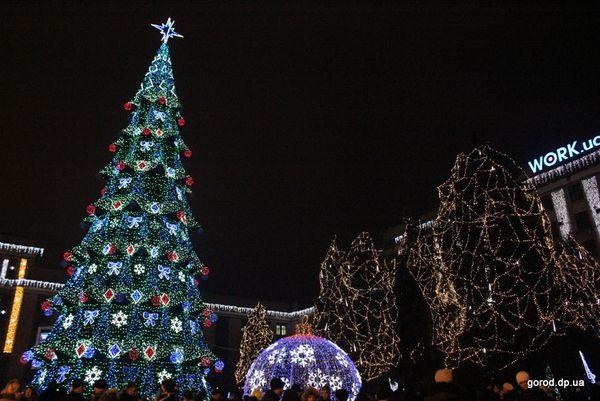 Центральная площадь Днепропетровска, как и в прошлом году, превратилась в сверкающий новогодней иллюминацией праздничный городок с многочисленными развлечениями, ярмаркой, катком под открытым небом. 29-метровая искусственная елка, являющаяся самой высокой в облцентре, простоит здесь до 19 января.