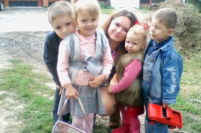 Кристина с детьми - Валерой, Ваней, Таней и Леной.