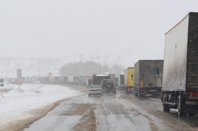 Дорожные пробки растянулись на несколько километров