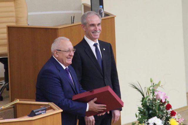 Вручение подарочной Конституции РФ подняло спикеру, депутатам и всем гостям настроение