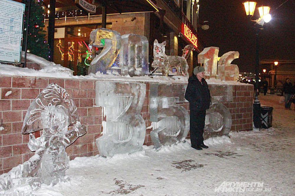 А исторический 130-й квартал встречает гостей вот такой ледяной композицией. Тут опять бабр и юбилей нашего любимого Иркутска.