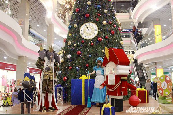 В Модном квартале для новогоднего оформления использованы образы героев известной сказки.