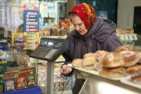 Все больше россиян начинает экономить на продуктах питания и одежде.