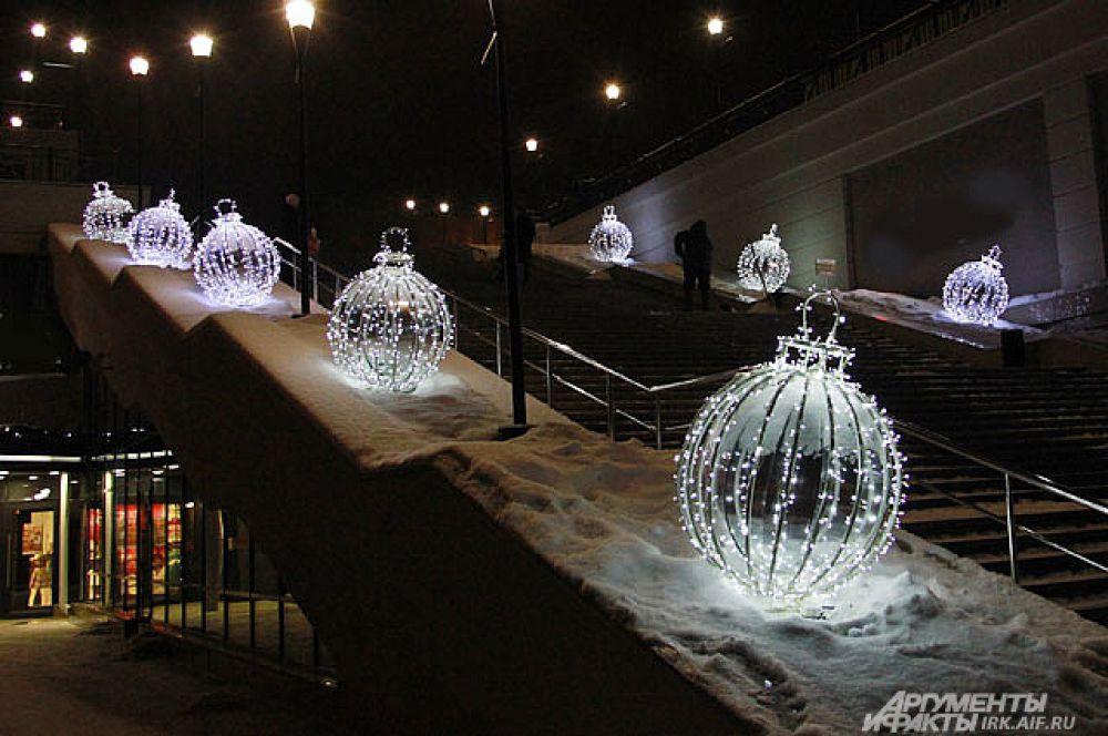 Светящиеся елочные шары создают самое теплое настроение.