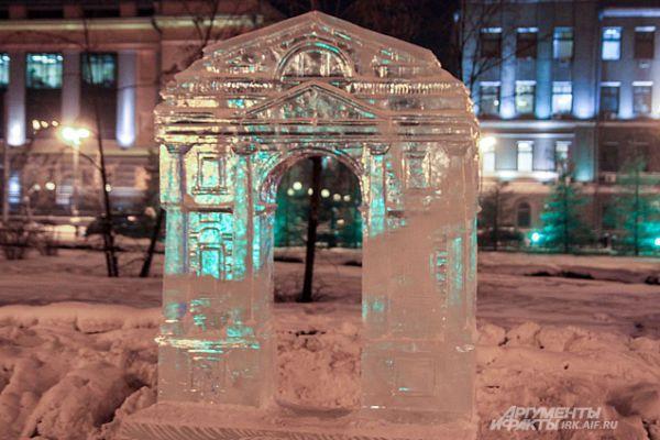 Вообще в этом году Новогодние праздники проходят под знаком 355-летнего юбилея Иркутска. Ледовый городок сделан в стиле узнаваемых иркутских объектов. Это например, Московские ворота.