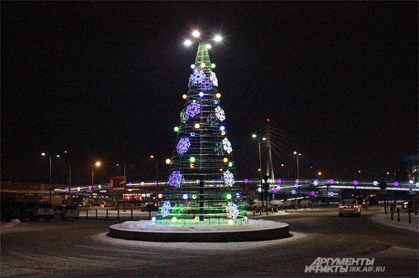 Необычне елки можно увидеть в самых разных районах города.