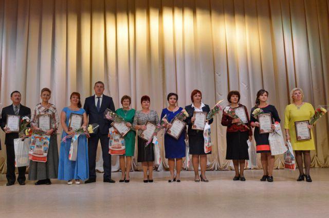 Губернатор Брянской области Александр Богомаз поздравляет педагогов с Днём учителя.