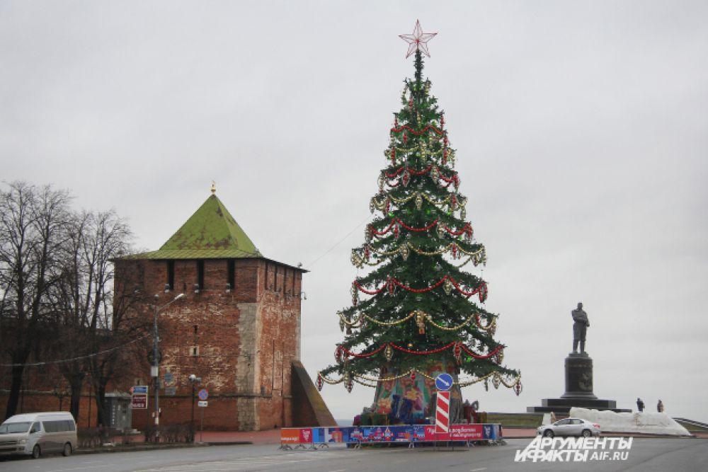 Главное новогоднее дерево Нижнего Новгорода расположено в естественных исторических декорациях.