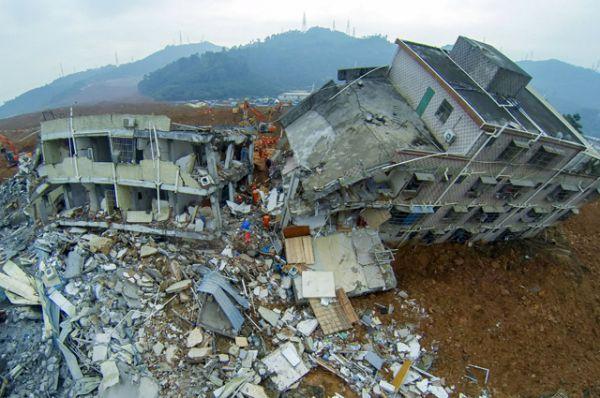 20 декабря на юге Китая неподалеку от города Шэньчжэнь сошел оползень. Грязевой поток был настолько мощный, что здания в нем практически утонули и разрушились, некоторые завалились на бок.