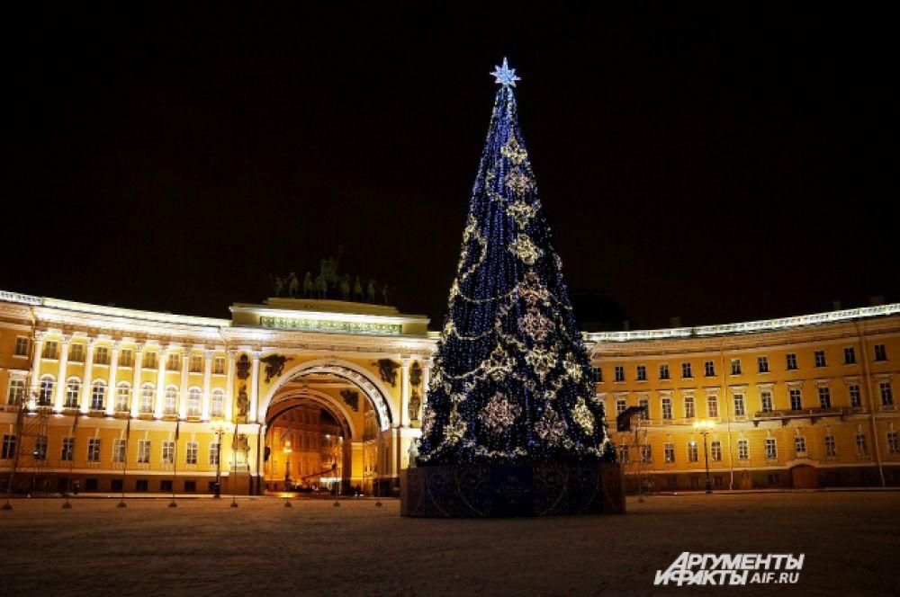 Главная ёлка Петербурга красуется на Дворцовой площади.