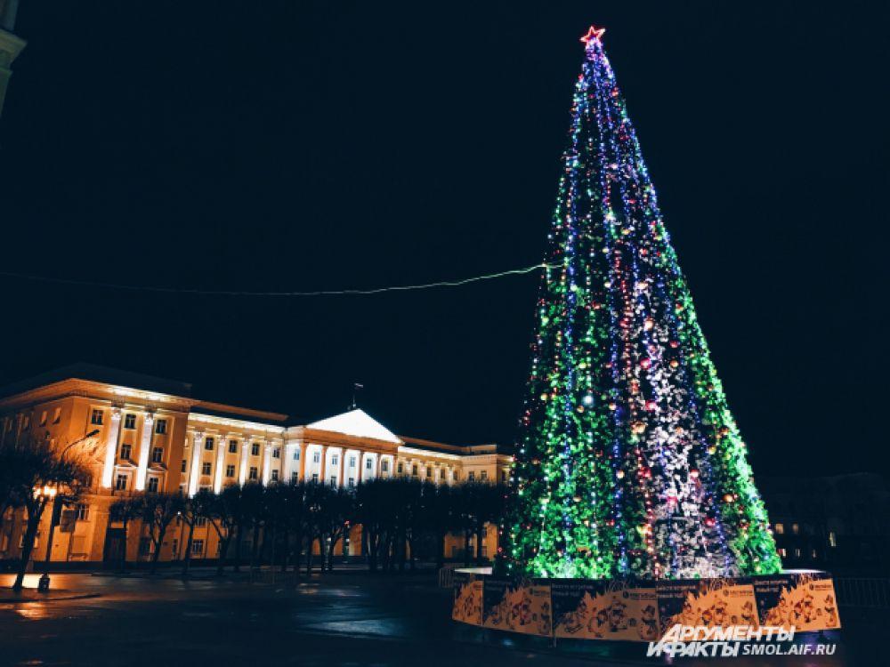 Главная ёлка Смоленска на площади Ленина - уже несколько лет искусственная.