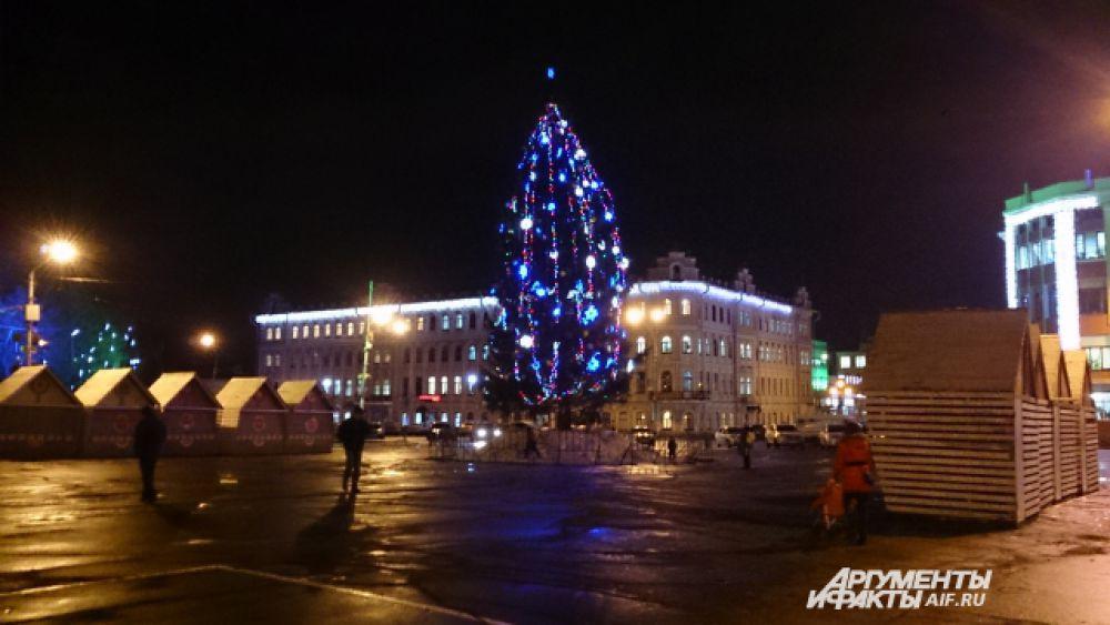 Ёлка на главной площади Вологды - натуральная, что сегодня редкость.