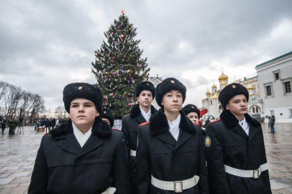 Кадеты приняли участи в украшении установленной Новогодней ёлки.