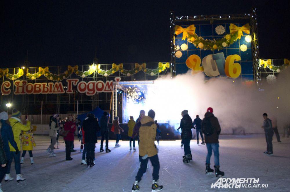 Каток в Волгограде должен работать и при плюсовой температуре.