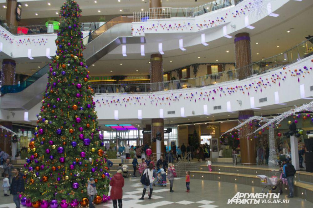 Первые новогодние елки в Волгограде появились в торговых центрах.