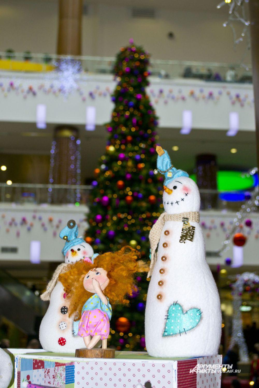 Там, где продают новогодние безделушки, чувствуется приближение праздника.