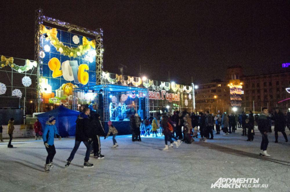 А в Волгограде 19 декабря открылся каток на площади Павших борцов.