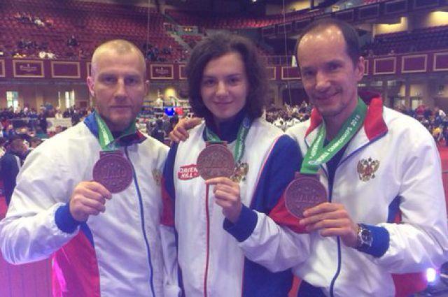 Анатолий Глассон (крайний слева) с воспитанниками. И с заслуженными наградами.