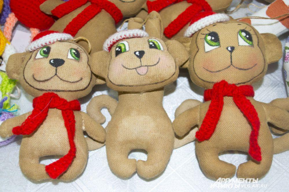 Один из самых популярных новогодних сувениров – обезьянки всех форм и размеров.
