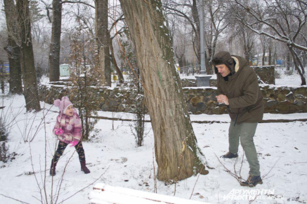 В субботу несколько часов, пока не растаял снег, еще можно было поиграть в снежки.