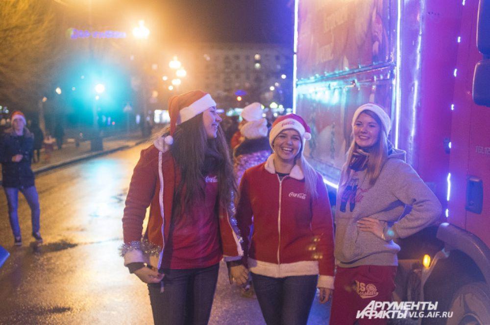 На открытие катка в Волгоград приехало несколько машин, украшенных в стиле новогодней рекламы Coca Cola.