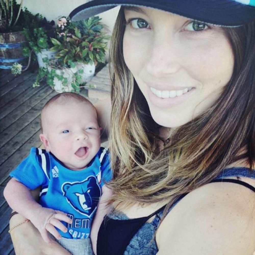 8 апреля впервые стали родителями певец Джастин Тимберлейк и актриса Джессика Бил. У них родился сын Сайлас Рэндолл.
