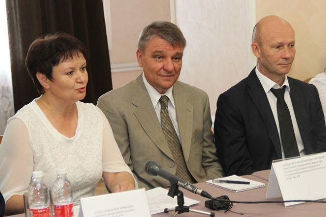 Директор департамента культуры Елена Кривцова и замгубернатора Брянской области Александр Коробко (крайний справа).)