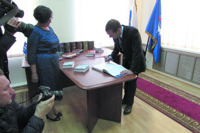 Председатель правительства подарил сельской школе свою книгу.
