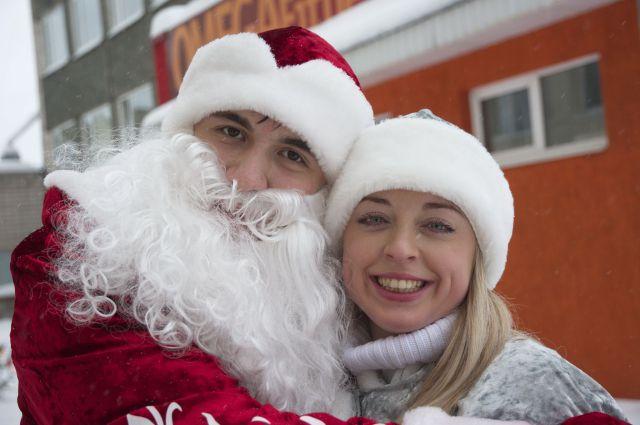 Новогодние герои приходят в гости к детям с подарками.