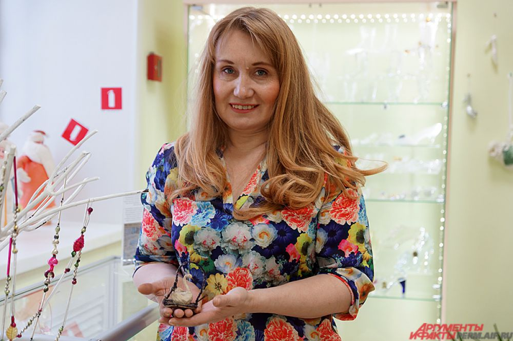 Все выставочные предметы предоставила пермский флорист Елена Захарова, собравшая за 10 лет около тысячи новогодних игрушек.
