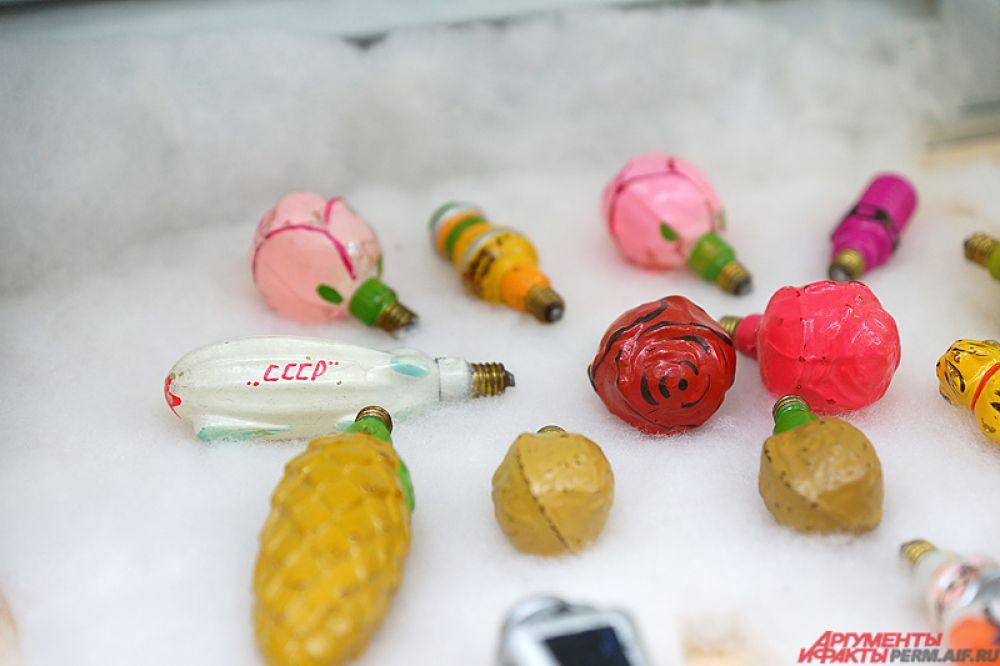 Горожане могут проследить «эволюцию» игрушек, от первых дореволюционных стеклянных шаров и ватных украшений до популярных советских зайчиков на прищепках.