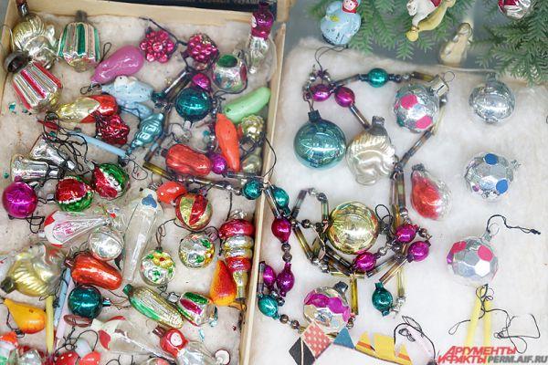 Особый интерес вызывают игрушки – бытовые предметы: чайники, часы, лампы, корзины с цветами; серия ёлочных украшений по мотивам известных сказок.