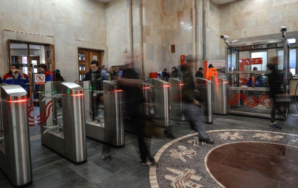 Пассажиры на станции «Бауманская».