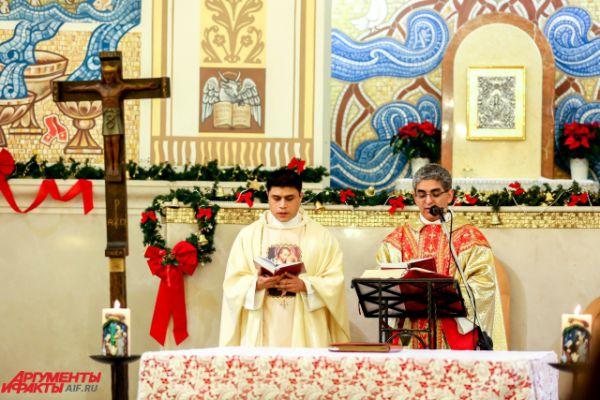 Справа - настоятель католического храма отец Диогенес Уркиза.
