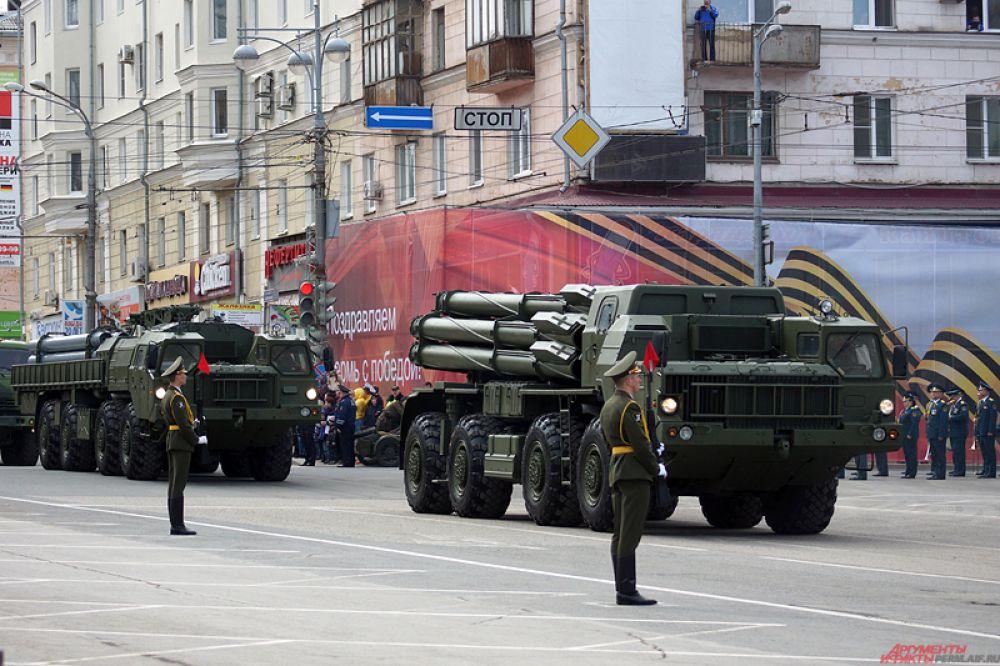 В Перми 9 мая на Октябрьской площади состоялось торжественное прохождение войск. В театрализованном прологе выступили Олег Газманов и муниципальный хор «Млада». Кроме того, впервые в параде принял участие легендарный танк Т-34, а также истребители Миг-31 пролетели прямо над зрителями.