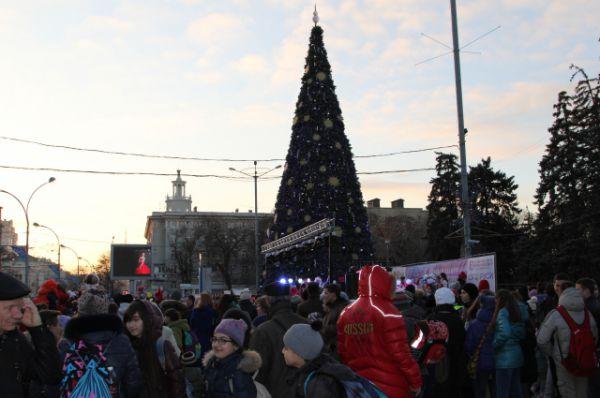 На театрализованное шоу пришли посмотреть сотни ростовчан. Главные зрители - маленькие дети, школьники и студенты.