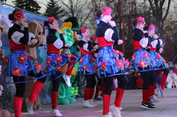 Юные артисты исполняют танцевальные композиции на известные хиты про Новый год.
